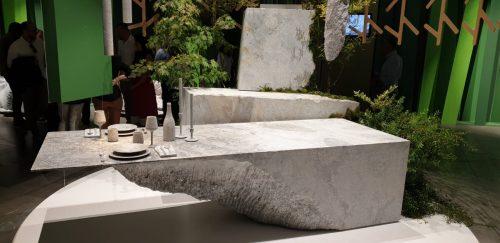 Stôl zbloku kameňa